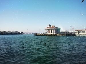 Ein privater Anlegesteg auf Heybeliada, eine der Prinzeninseln im Marmara Meer [Türkei] in diesiger Abendstimmung .